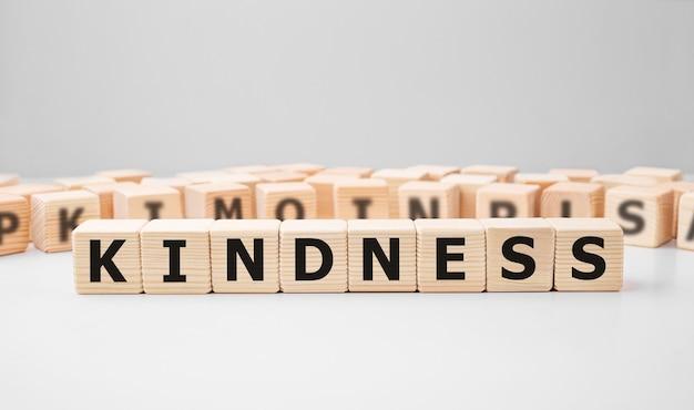 Parola kindness realizzata con blocchi di legno