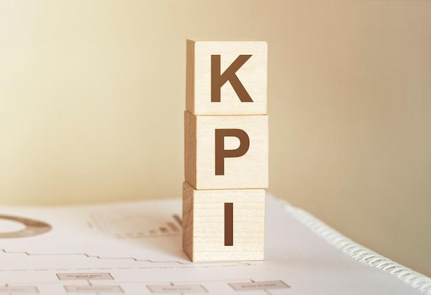Parola kpi realizzata con blocchi di legno