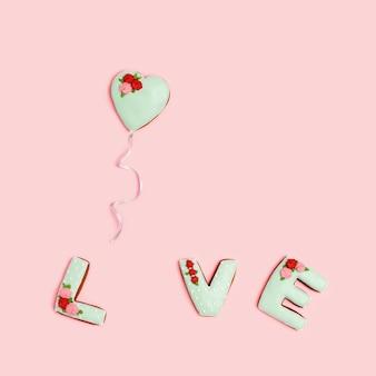 Parola amore da biscotti allo zenzero fatti in casa e uno a forma di cuore che vola come palloncino