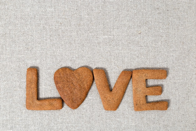 Parola amore dai biscotti di pasta frolla fatti in casa con lo zenzero