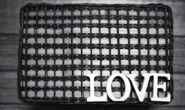 La parola amore composta da lettere di legno bianco su uno sfondo di legno