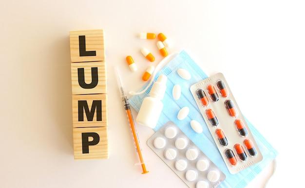 La parola lump è composta da cubi di legno