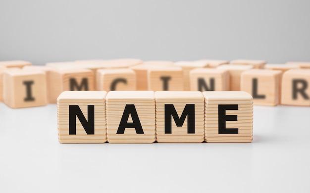 Nome di parola scritta sul blocco di legno