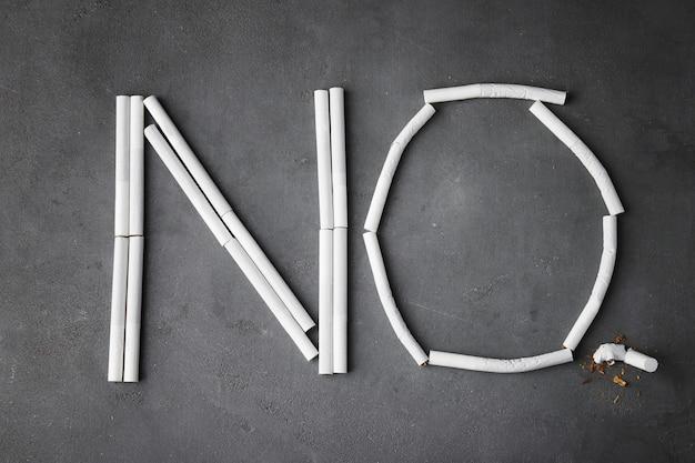 Parola no fatta di sigarette su sfondo grigio