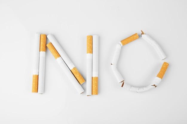 Parola no fatta di sigarette su sfondo bianco