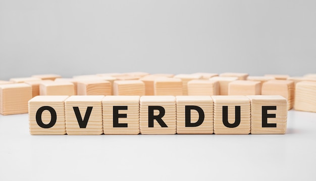 Parola scaduta realizzata con blocchi di legno