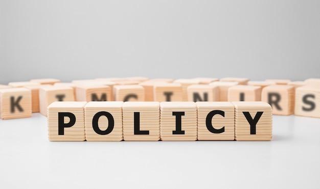 Parola policy realizzata con blocchi di legno