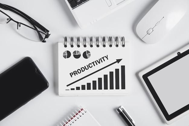 Produttività di parola con un grafico di crescita sul blocco note.