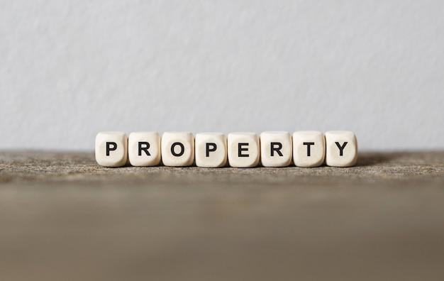 Parola proprietà realizzata con blocchi di legno