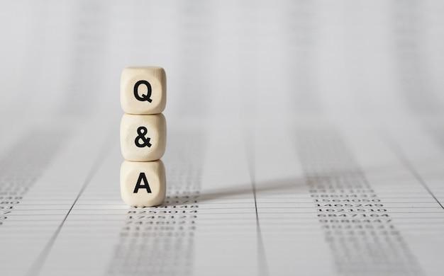 Parola q and a realizzata con blocchi di legno
