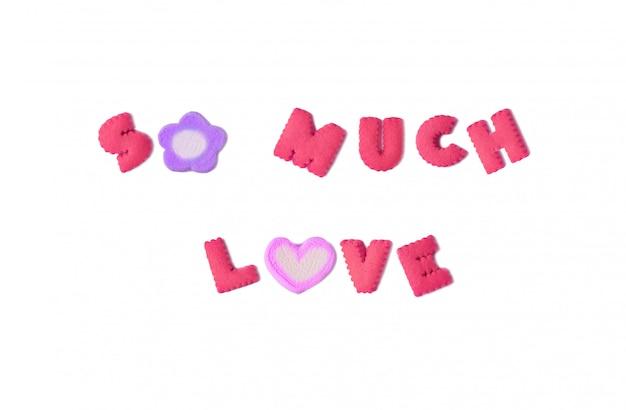 La parola tanto amore creata dai biscotti e dai marshmallow dell'alfabeto