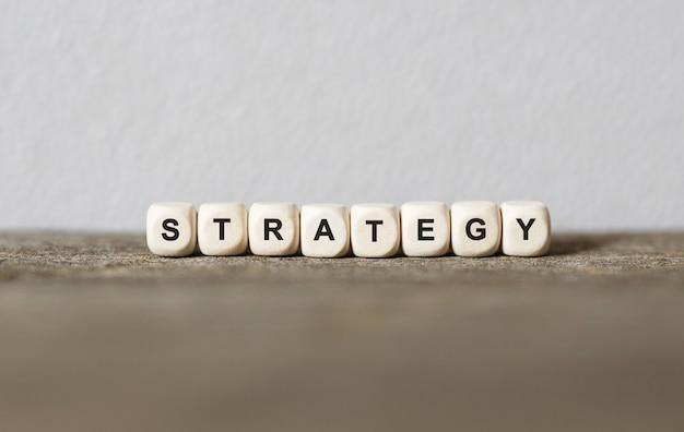 Parola strategia realizzata con blocchi di legno