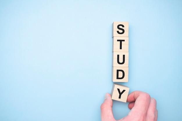 La parola studio che appare cubi di legno. concetto di educazione