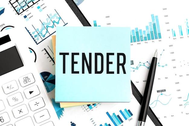 Parola tender su adesivo, calcolatrice, grafico, documenti e penna sulla scrivania dell'ufficio. avvicinamento. concetto di affari.