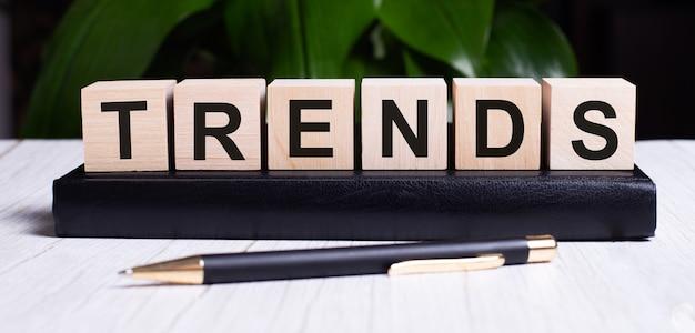 La parola trends è scritta sui cubi di legno dell'agenda vicino al manico.