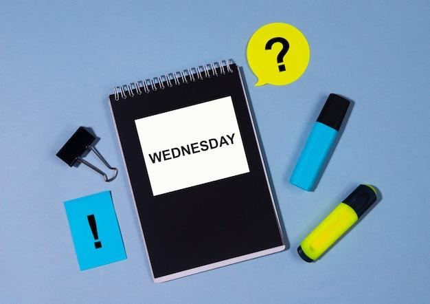 Parola mercoledì concetto. giorno della settimana in attività.