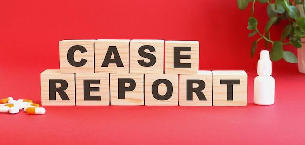 La scritta case report è composta da cubi di legno