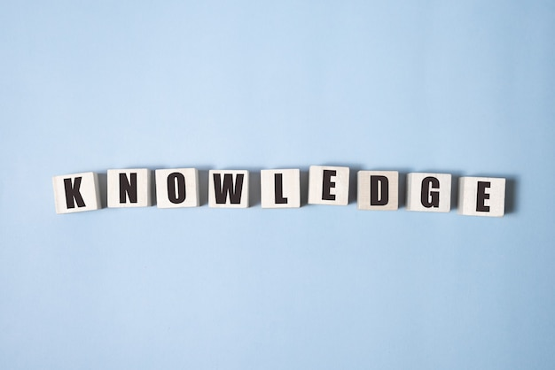 Concetto di parole, cubo di parola conoscenza su sfondo blu, concetto di apprendimento della lingua inglese.