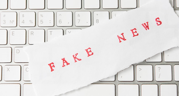 Words fake news scritte su carta strappata