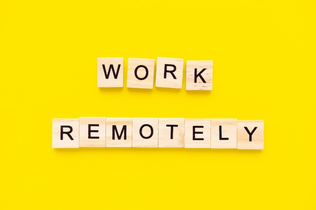 Le parole funzionano in remoto. blocchi di legno con scritte. gestione delle risorse umane e concetto di assunzione e assunzione