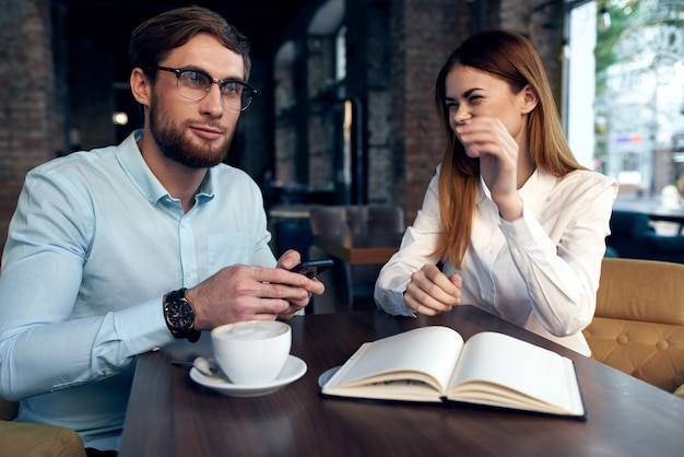 Colleghi di lavoro cafe resto comunicazione ufficio lavoro. foto di alta qualità