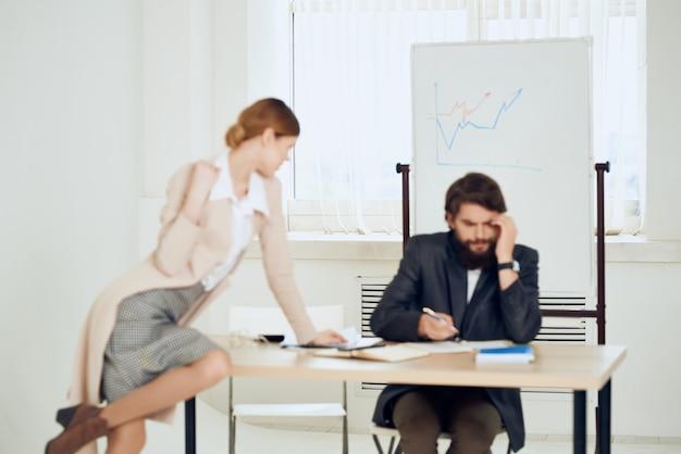Funzionari della comunicazione dell'ufficio desktop dei colleghi di lavoro