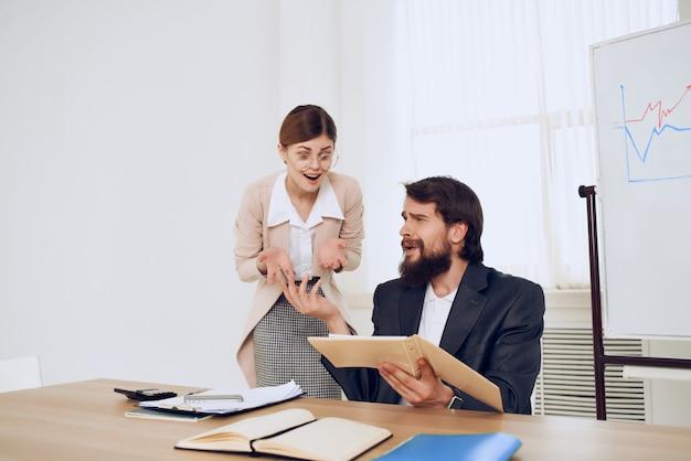 Colleghi di lavoro ufficio scrivania comunicazione emozioni
