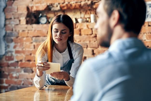 Colleghi di lavoro seduti in un caffè