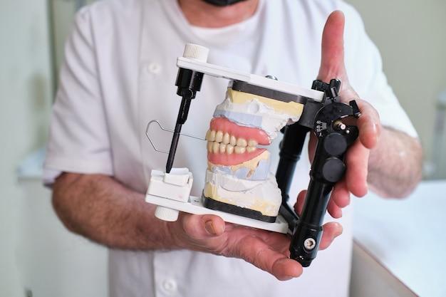 Lavoro di un odontotecnico. calchi dalle mascelle dei pazienti per la fabbricazione di protesi.