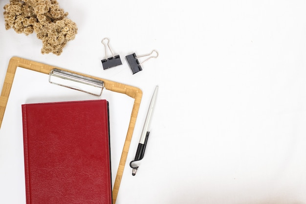 Scrivania completa di attrezzatura isolata su sfondo bianco