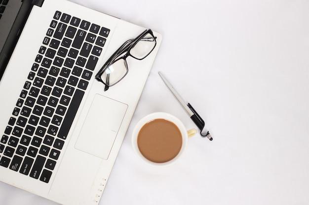 Scrivania con una tazza di caffè isolata su sfondo bianco