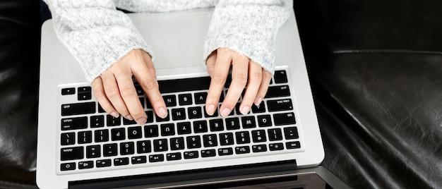 Lavora da casa, le donne stanno lavorando al computer a casa
