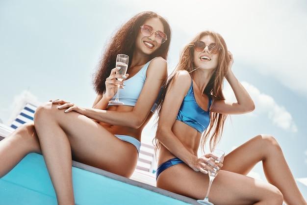 Lavora duro, gioca duro e festeggia ancora più duramente le ragazze sedute a bordo piscina che spruzzano il