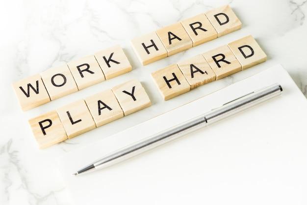 Lavori il testo duro del gioco duro su frugare il legno nel concetto dello scrittorio della scrivania