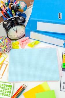 Posto di lavoro di una persona creativa con una varietà di oggetti decorativi colorati