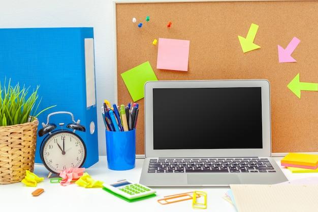 Luogo di lavoro di una persona creativa con una varietà di oggetti di cancelleria colorati