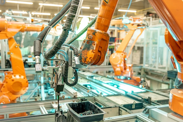 Lavoro di robot in fabbrica. secondo il programma