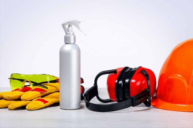 Sicurezza sul lavoro, indumenti protettivi. disinfezione. equipaggiamento di sicurezza sul tavolo.