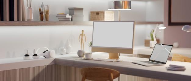 Postazione di lavoro nel computer desktop interno dell'appartamento di lusso e mockup dello schermo vuoto del computer portatile