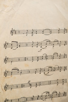 Il lavoro del compositore folk uzbeko foglio di carta vintage con note musicali scritte a mano