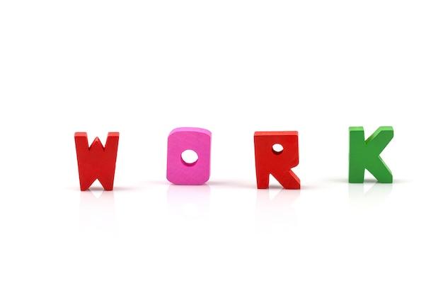 Lavori la parola sui blocchi di legno isolati su fondo bianco