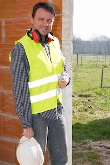 Lavoratore in un cantiere con un casco bianco