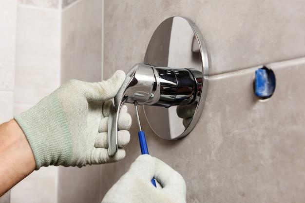 La mano dell'operaio è montata su un rubinetto incorporato.