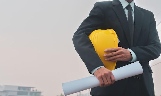 Lavoratore che tiene elmetto di sicurezza con il modello