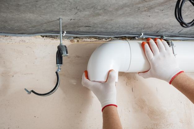 Lavoratore che installa un sistema di ventilazione nell'appartamento