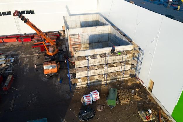 Il lavoratore installa le strutture nella vista dall'alto della fabbrica