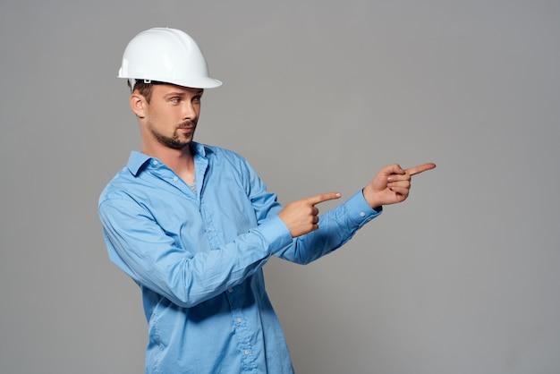 Ingegnere maschio lavoratore in casco bianco emozioni professionale