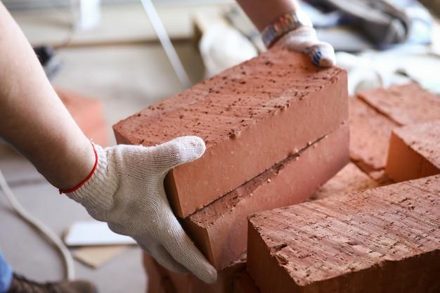 L'uomo lavoratore trasporta blocchi