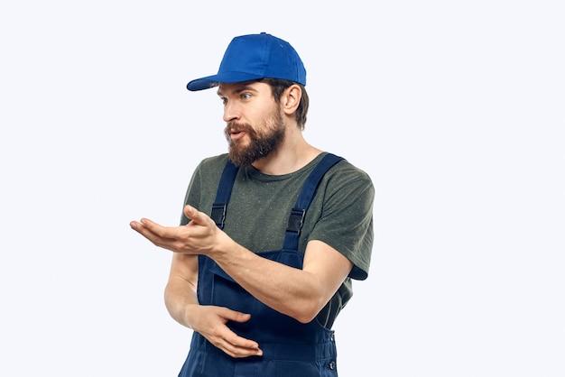 Lavoratore uomo uniforme servizio di consegna emozioni studio sfondo chiaro