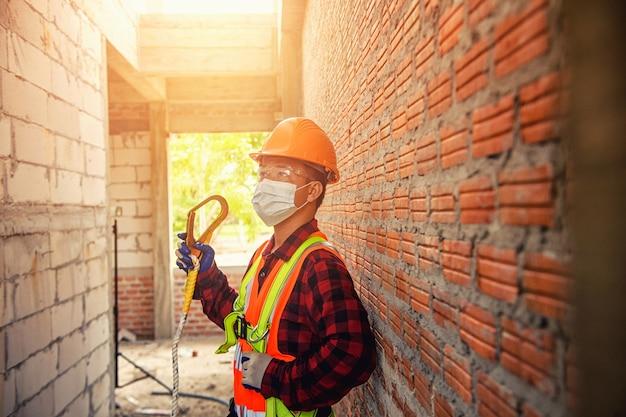 Operaio con casco di sicurezza edilizia edilizia